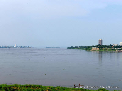 The two closest capitals in the world, Brazzaville (left), Kinshasa (right)
