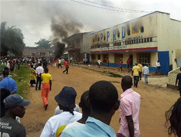 Protesters burn down President Kabila's PPRD political party offices in Kisangani
